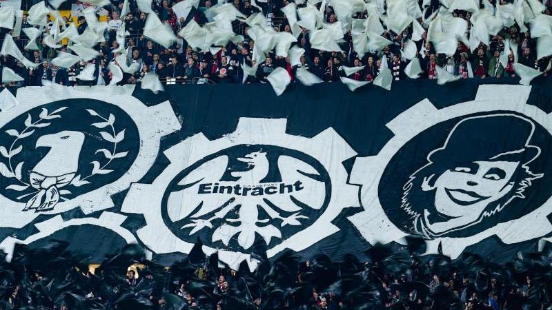 Die Frankfurter Fans präsentieren eine Choreographie. Foto: Uwe Anspach/dpa