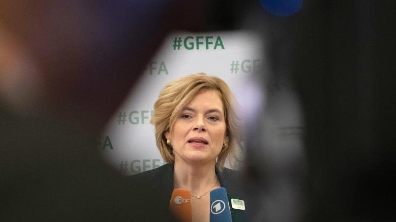 Bundeslandwirtschaftsministerin Julia Klöckner (CDU) gibt ein Pressestatement. Foto: Paul Zinken/dpa