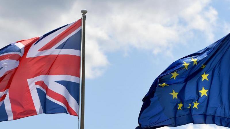 Der britische Union Jack neben der Fahne der EU. Foto: Monika Skolimowska/zb/dpa