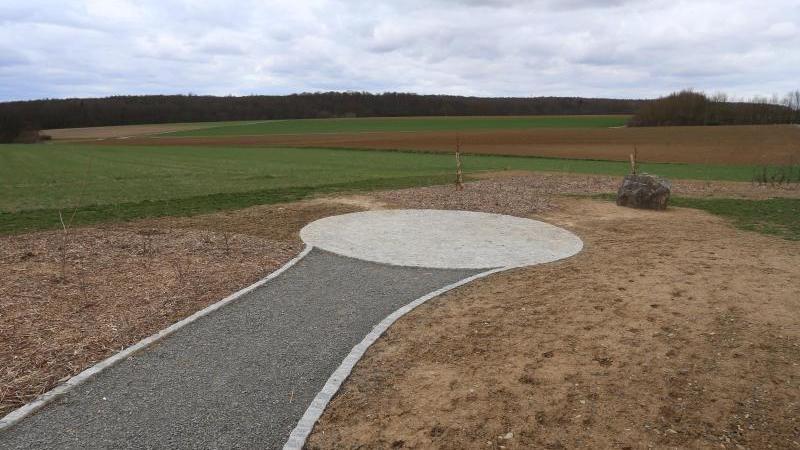 Ein Weg führt zum neuen geografischen Mittelpunkt der Europäischen Union auf einem Feld nahe Gadheim. Foto: Karl-Josef Hildenbrand/dpa/Archivbild