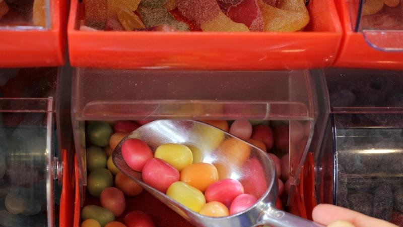 """Vor dem Start der jährlichen Süßwarenmesse ISM Cologne fordern Umweltschützer einen """"Systemwechsel"""" bei der Verpackung der Süßigkeiten. Foto: Lisa Krassuski/dpa"""