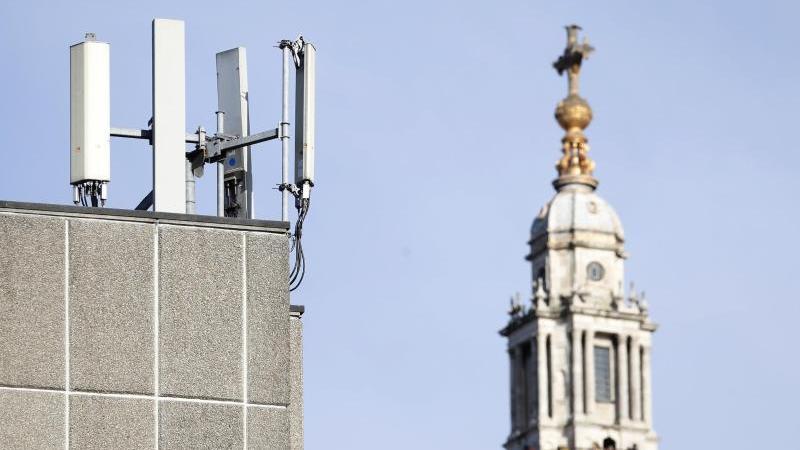Mobilfunkmasten sind vor der St. Paul's Cathedral in der Londoner Innenstadt zu sehen. Der chinesische Telekomriese Huawei darf sich am 5G-Ausbau in Großbritannien beteiligen. Foto: Alastair Grant/AP/dpa