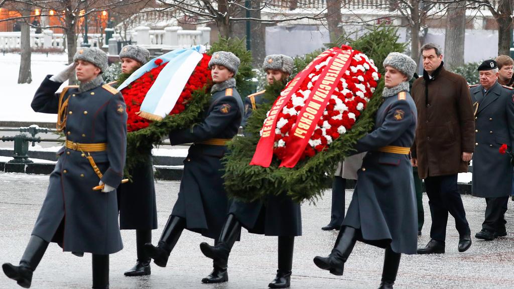 29.01.2020, Russland, Moscow: Markus Söder (CSU - 2.v.r.), Ministerpräsident von Bayern, legt an der Kremlmauer am Grab des Unbekannten Soldaten einen Kranz nieder. Unter dem Eindruck internationaler Krisen und den seit 2014 bestehenden Sanktionen de