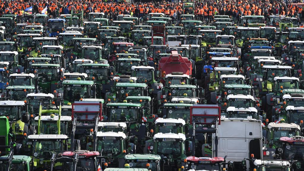 Landwirte aus Mecklenburg-Vorpommern standen am 22.10.2019 mit ihren Treckern bei einer Protestaktion gegen das Agrarpaket der Bundesregierung im Rostocker Stadthafen.