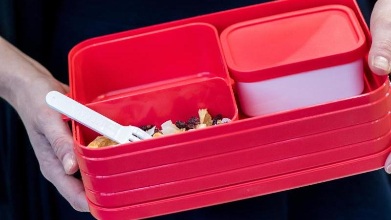 Plastikgefäße fürs Mitnehmen von Pausensnacks gelten inzwischen als Lifestyle-Produkt. Auch funktional und optisch wurden sie verbessert. Foto: Franziska Gabbert/dpa-tmn