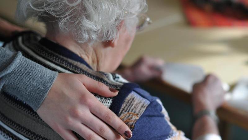 Ambulante Pflege einer älteren Dame. Foto: Patrick Pleul/dpa-Zentralbild/dpa-tmn/Archiv