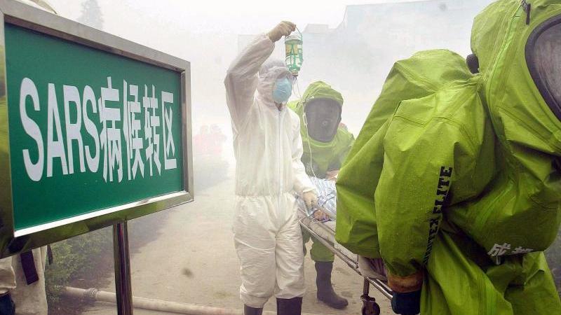 Ein Patient, bei dem Sarsvermutet wird, wird in China aus einem Krankenhaus gebracht. Foto: dpa