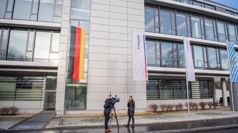 Ein Kamerateam dreht vor dem Webasto-Standort. Foto: Lino Mirgeler/dpa/Archiv