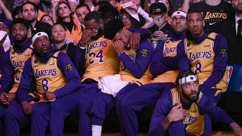 LeBron James (M,l) und Quinn Cook (M,r) von den Los Angeles Lakers schlagen bei einem Video-Beitrag über Kobe Bryant die Hände vors Gesicht. Foto: Kelvin Kuo/AP/dpa