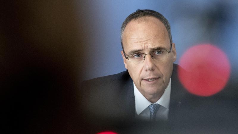 Peter Beuth (CDU), hessischer Innenminister, spricht auf einer Pressekonferenz. Foto: Boris Roessler/dpa/Archivbild