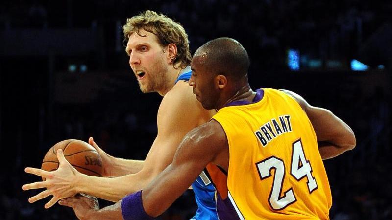 Dirk Nowitzki im Duell mit Lakers-Legende Kobe Bryant. Die Beziehung der beiden Superstars war von gegenseitigem Respekt geprägt. Foto: Mike Nelson/EPA/dpa