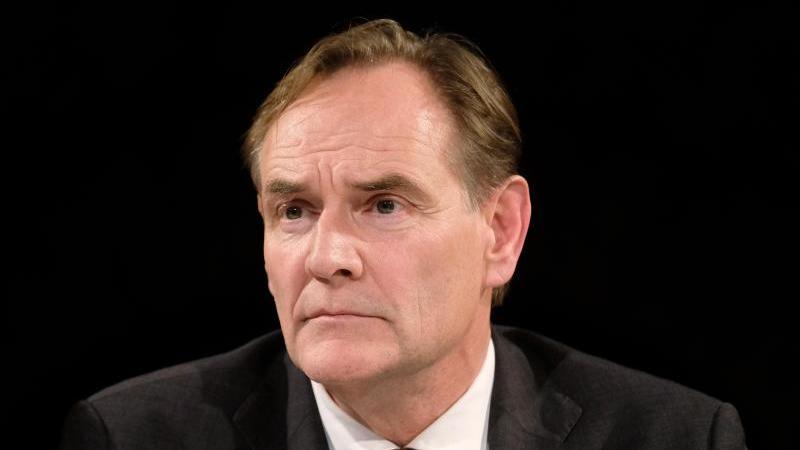 Burkhard Jung (SPD), sitzt bei einem Gesprächsforum zurkommenden Wahl. Foto: Sebastian Willnow/zb/dpa/Archivbild
