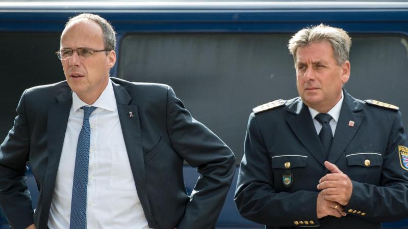 Der hessische Innenminister Peter Beuth (CDU, l.) und der hessische Landespolizeipräsident Udo Münch. Foto: Boris Roessler/dpa/Archivbild