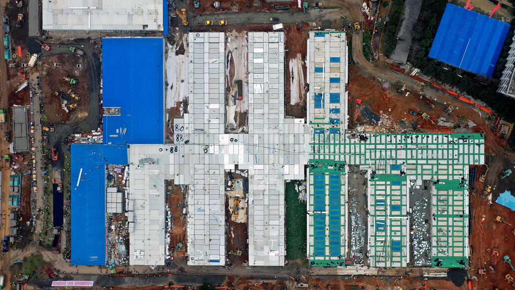 News Bilder des Tages 200202 -- WUHAN, Feb. 2, 2020 -- Aerial photo taken on Feb. 2, 2020 shows the Huoshenshan Fire God Mountain Hospital in Wuhan, central China s Hubei Province. China has built a makeshift hospital in 10 days to battle against the