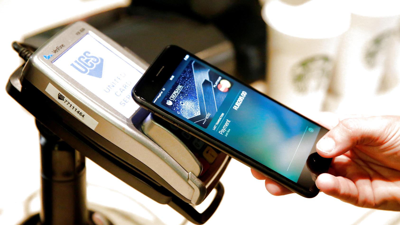 Apple Pay funktioniert international. Hier bezahlt ein Mann in einem russischen Café ganz ohne Kleingeld.