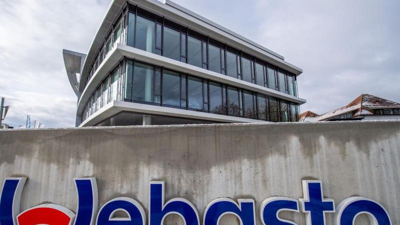 Ein Schild steht vor dem geschlossenen Webasto-Standort. Foto: Lino Mirgeler/dpa