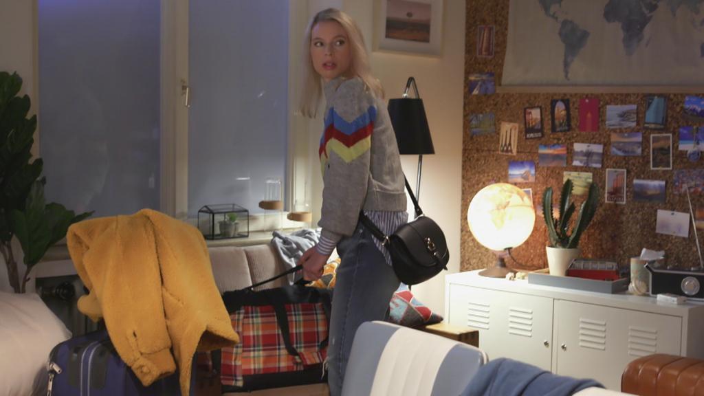 Unter uns: Jana packt ihre Sachen.