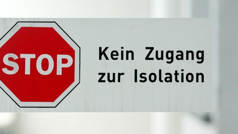 """Ein Schild mit der Aufschrift """"Kein Zugang zur Isolation"""" im Klinikum Schwabing. Foto: Sven Hoppe/dpa/Archivbild"""