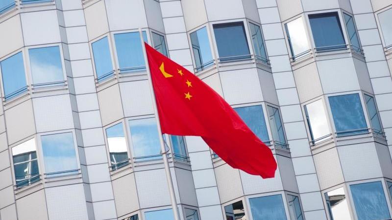 Die chinesische Fahne weht am Botschaftsgebäude der Volksrepublik China in Berlin. Die Botschaft sieht wegen der Ausbreitung des Coronavirus mehr Fälle von Anfeindungen gegen chinesische Bürger in Deutschland. Foto: Alex Ehlers/zb/dpa