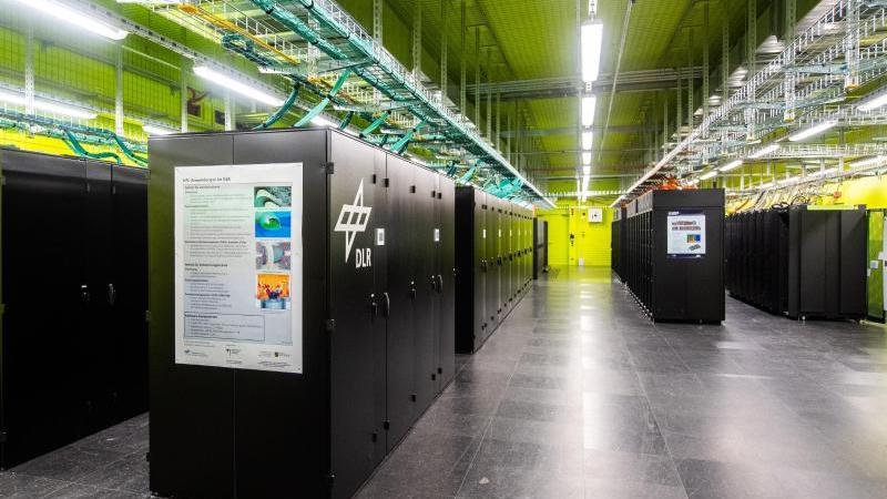 Der Hochleistungsrechner CARA steht im Luft- und Raumfahrtzentrum in Dresden. Foto: Robert Michael/dpa-Zentralbild/dpa