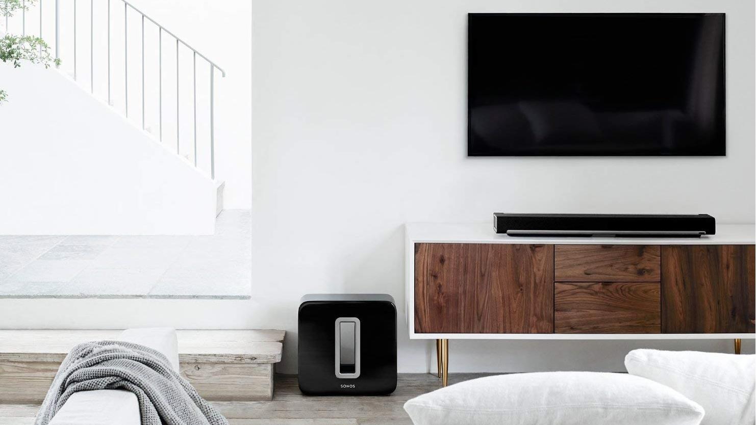 Die meisten Menschen verfügen Zuhause über Stereosound, also ein Lautsprecher links und einer rechts. Eine zusätzliche Soundbar und ein Subwoofer können schon wahre Klangwunder vollbringen.