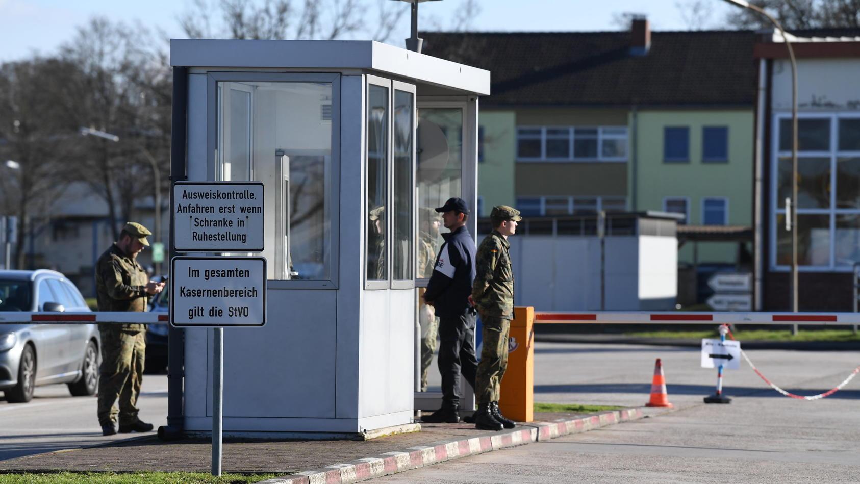 Vor der Quarantäne-Kaserne in Germersheim halten Soldaten Wache, damit niemand die Sicherheits-Isolation unterbricht.
