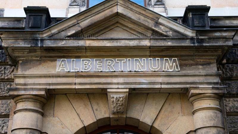 """Der Schriftzug """"Albertinum"""" über einemTorbogen. Foto: Arno Burgi/dpa/Archivbild"""