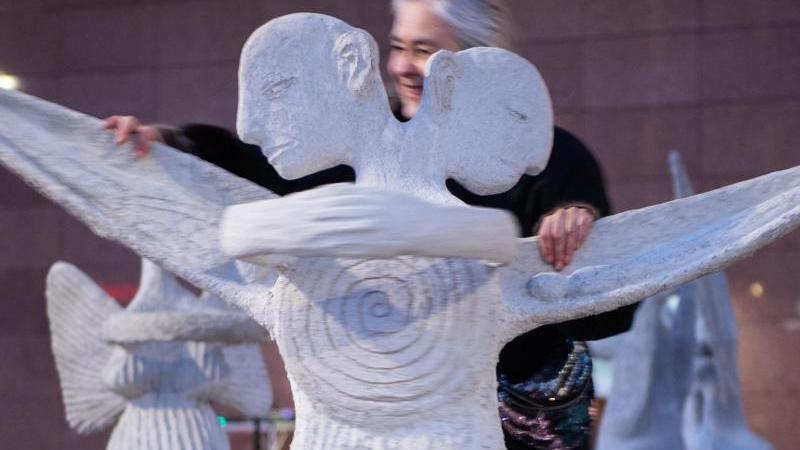 Künstlerin Marit Benthe Norheim schiebt einen Engel. Foto: Robert Michael/dpa-Zentralbild/dpa