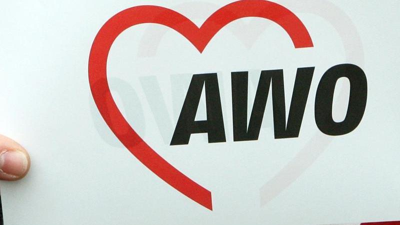 Das Logo der Arbeiterwohlfahrt (AWO) ist auf einem Papier zu lesen. Foto: Holger Hollemann/dpa/Archivbild