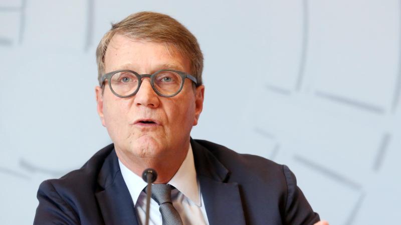 Roland Pofalla spricht bei einer Pressekonferenz. Foto: Roland Weihrauch/dpa