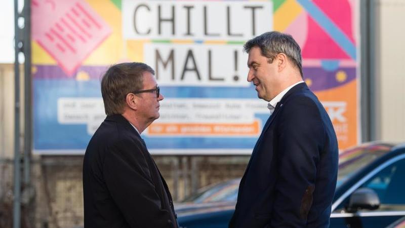 Ronald Pofalla (l.) und Markus Söder (CSU) unterhalten sich nach einem Besuch des Stellwerks. Foto: Matthias Balk/dpa