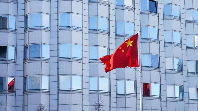 Die Flagge von China vor der Chinesischen Botschaft. Foto: Jörg Carstensen/dpa