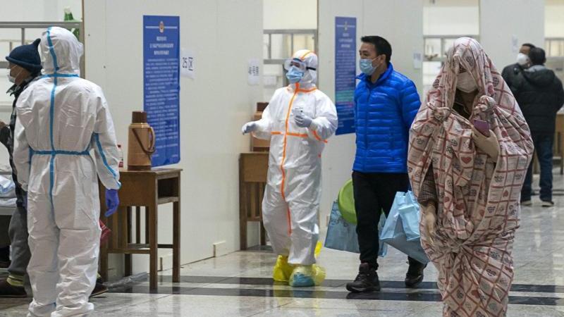 Medizinisches Personal kümmert sich in einem provisorischen Krankenhaus um Patienten, die sich mit dem Coronavirus infiziert haben. Foto: Uncredited/CHINATOPIX/AP/dpa