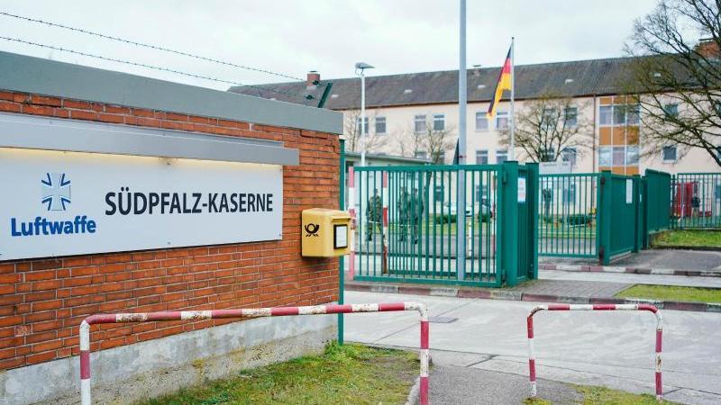 Der Eingang zur Südpfalz-Kaserne in Germersheim. Foto: Uwe Anspach/dpa
