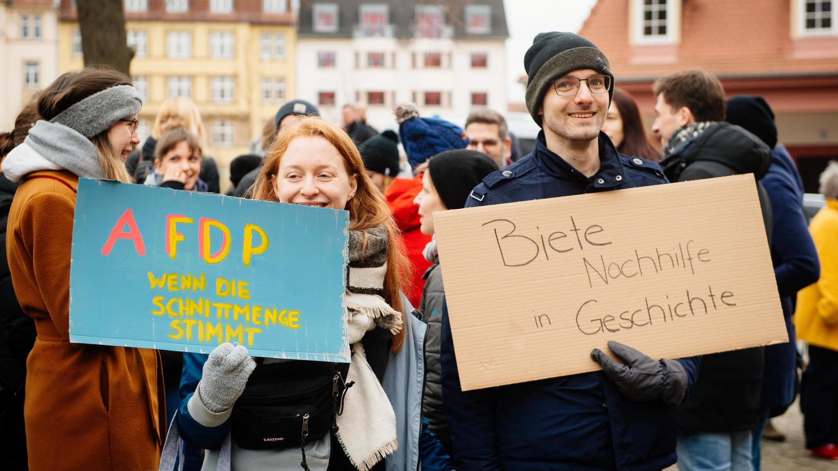Erfurt , 060220 , Demonstranten nach der Ministerpräsidentenwahl vor der Thüringer Staatskanzlei in Erfurt Im Bild: Die