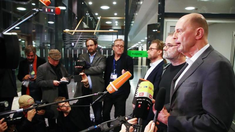 Wolfgang Tiefensee (SPD) (r-l), Steffen Dittes (Linke), und Dirk Adams (Bündnis 90/Die Grünen. Foto: Bodo Schackow/dpa-Zentralbild/dpa/Archivbild