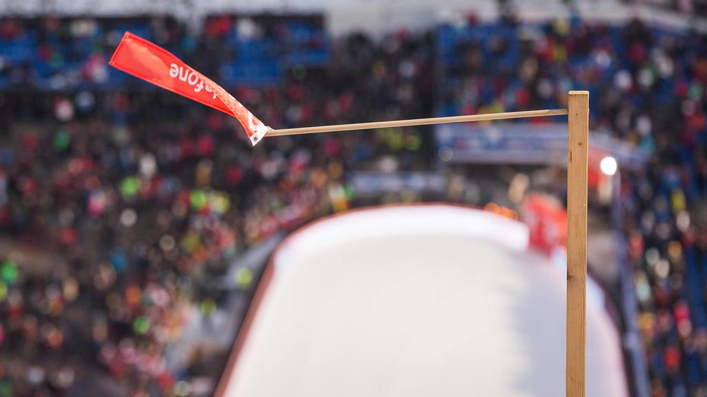 ein Windfähnchen zeigt den starken Wind an, weswegen das Probespringen und die Qualifikation abgebrochen und abgesagt werden musste, Weltcup Skispringen Mühlenkopfschanze Willingen / Hessen / Deutschland am 7. Februar 2020, Weltcup Skispringen Willin