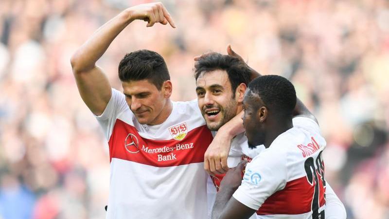Mario Gomez (l) jubelt nach seinem Tor mit Hamadi Al Ghaddioui (M) und Orel Mangala. Foto: Tom Weller/dpa