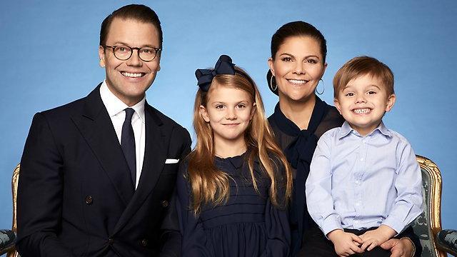 Ganz in blau: Das schwedische Königshaus hat ein neues offizielles Familienportrait veröffentlicht.