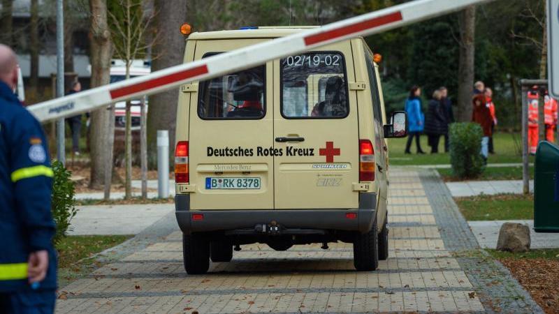Fahrzeuge des Deutschen Roten Kreuzes (DRK) fahren auf das Gelände der DRK Kliniken Berlin-Köpenick. Foto: Gregor Fischer/dpa/Archivbild