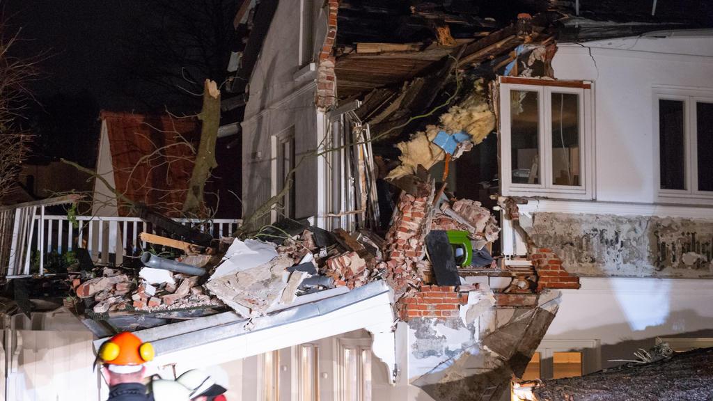 Ein Baum stürzte auf ein Wohnhaus in Hamburg Blankenese