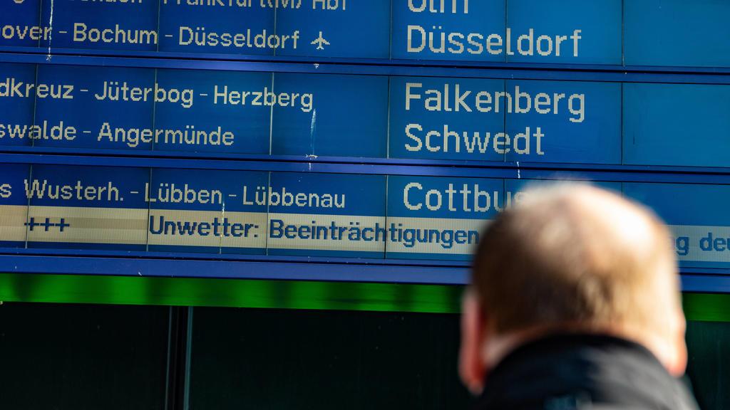 News Bilder des Tages Sturmtief Sabine wird in Deutschland erwartet, Sturmtief Sabine trifft auf Deutschland. Der Deutsche Wetterdienst hat die zweithöchste Unwetterwarnstufe herausgegeben. Die Anzeigetafeln der Deutschen Bahn im Hauptbahnhof Berlin