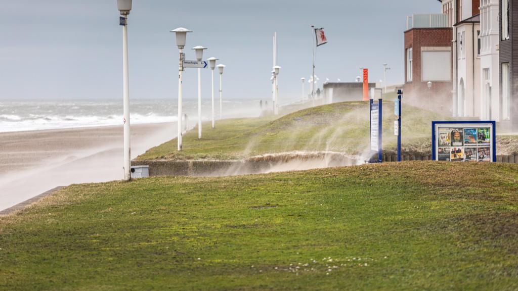 News Bilder des Tages Norderney. 09 FEB 2020. Orkantief Sabine über der Nordseeküste. Der Sturm peitscht den Sand über die Strandpromenade von Norderney. OSTFRIESLAND. Ostfriesische Inseln. *** Norderney 09 FEB 2020 Hurricane Sabine over the North Se