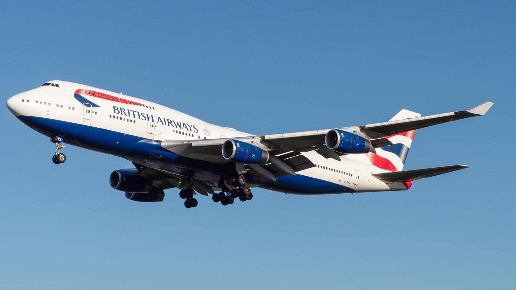 British Airways mit Boeing 747-400 im Landeanflug auf London Heathrow. *** British Airways with Boeing 747 400 on appro
