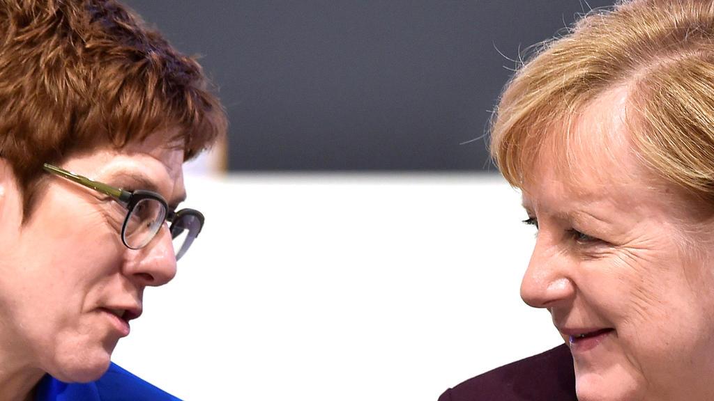 Annegret Kramp-Karrenbauer und Angela Merkel (Archiv-Bild)