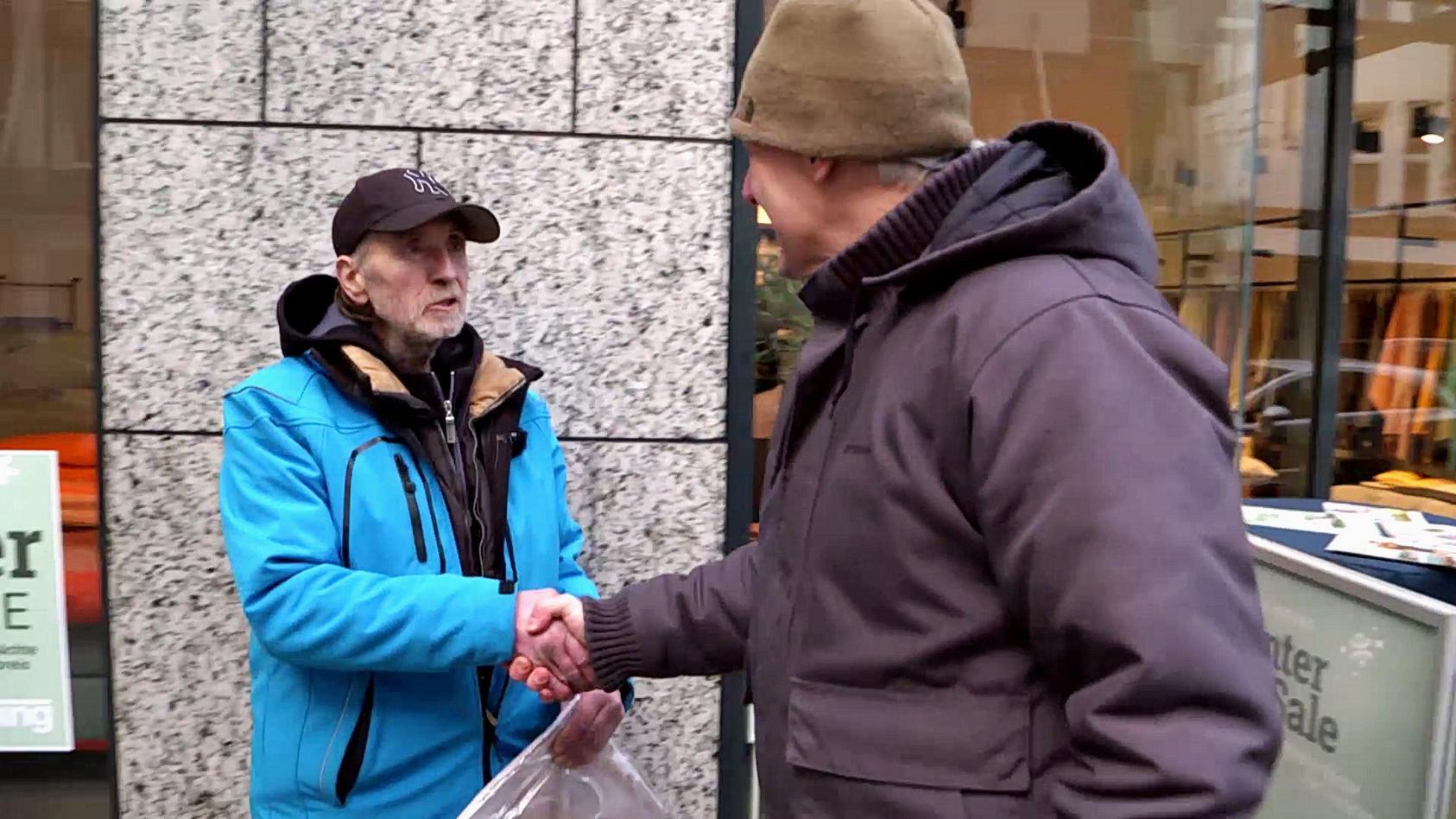 Streetworker Oliver Ongaro (re.) hilft einem obdachlosen Mann bei der Wohnungssuche.