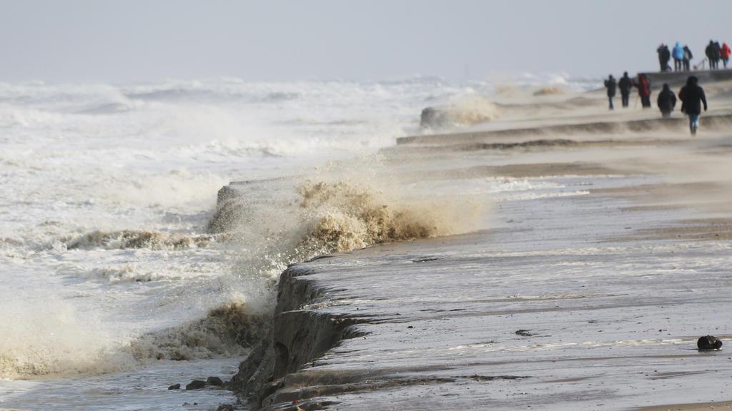 10.02.2020, Niedersachsen, Wangerooge: Hohe Wellen schlagen an den Strand von Wangerooge und nehmen den Sand mit. Foto: Peter Kuchenbuch-Hanken/dpa +++ dpa-Bildfunk +++