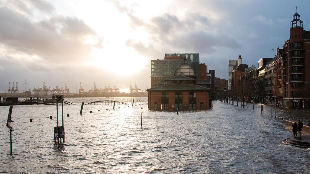 10.02.2020, Hamburg: Der Fischmarkt mit der Fischauktionshalle steht während einer Sturmflut unter Wasser. Foto: Daniel Bockwoldt/dpa +++ dpa-Bildfunk +++