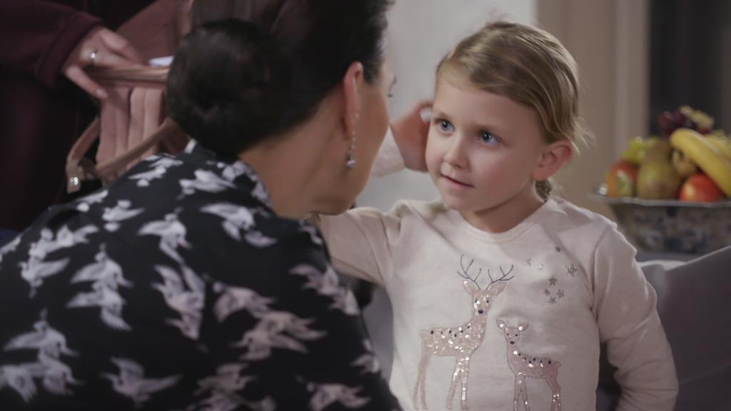 AWZ: Annabelle schaut Simone an.