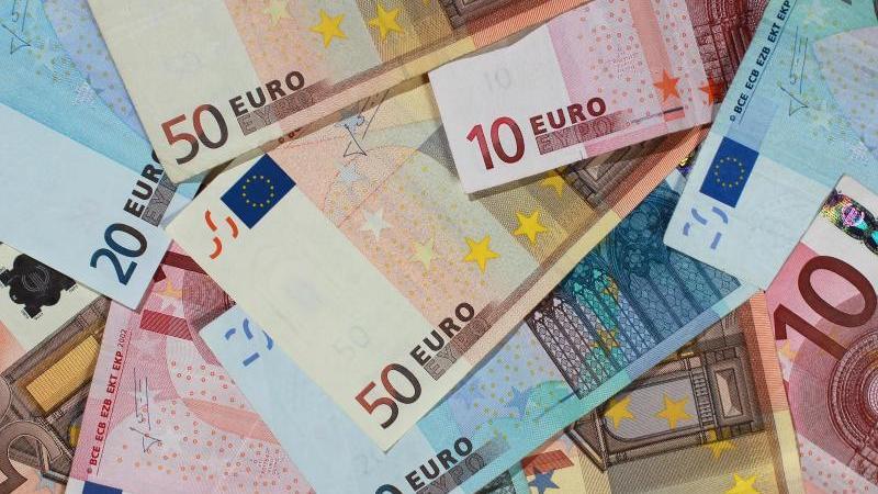 Banknoten von 50, 20 und 10 Euro. Foto: Jens Wolf/dpa-Zentralbild/ZB